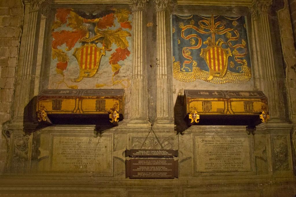 Два расписных деревянных саркофага, в которых покоятся останки основателей собора: графа Рамона Беренгера I, прозванного Старым, и его жены – красавицы Альмодис де ла Марш. Судя по декору, до заседания рыцарей Ордена Золотого руна еще далеко.