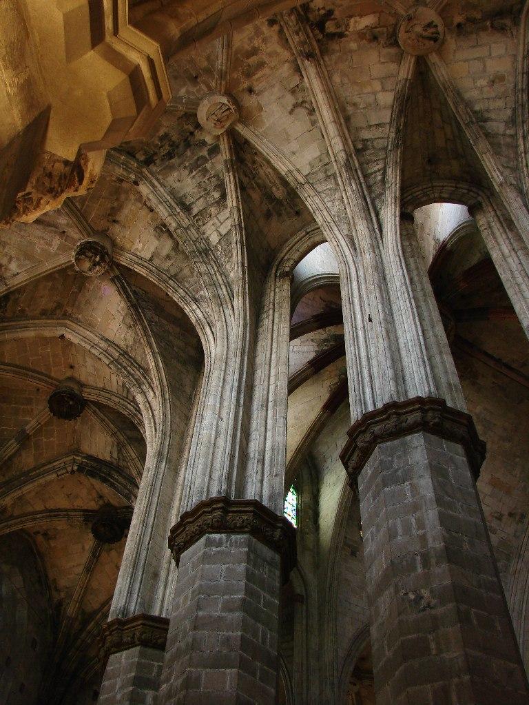 Интерьер собора Санта-Мария-дель-Мар. Вид на колонны апсиды первого внутреннего круга со стороны наружных стен, с высоты второго уровня (хоров) Фото М. Бреслав..