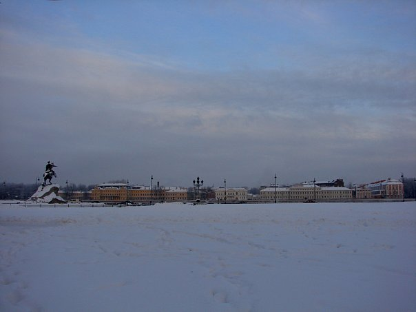 Вид с площади Декабристов (Сенатской) на Университетскую набережную Васильевского острова. На переднем плане - памятник Петру I Великому.