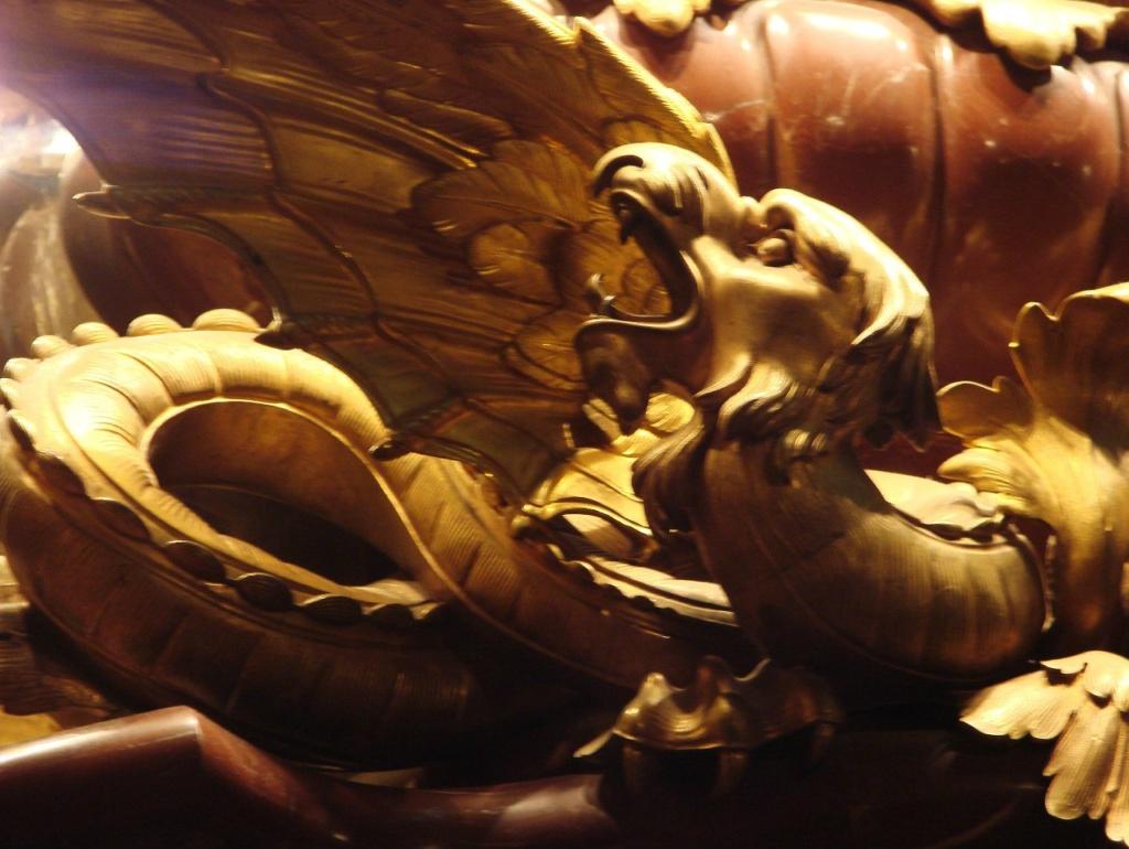 Особняк Половцова на Большой Морской улице, дом 52. БРОНЗОВЫЙ ЗАЛ. Арх. М. Е. Месмахер. 1888-92 годы. Один из двух крылатых драконов вопящих, что возлежат на мраморной платформе зеркального настенника-светильника.