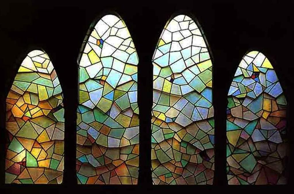 Дворец Гуэля. Уровень открытой галереи. Мозаичное панно из стекла, созданное Гауди, чтобы закрыть проемы у основания купола между галереей и мансардой, не ограничивая притока дневного света в Центральный салон.