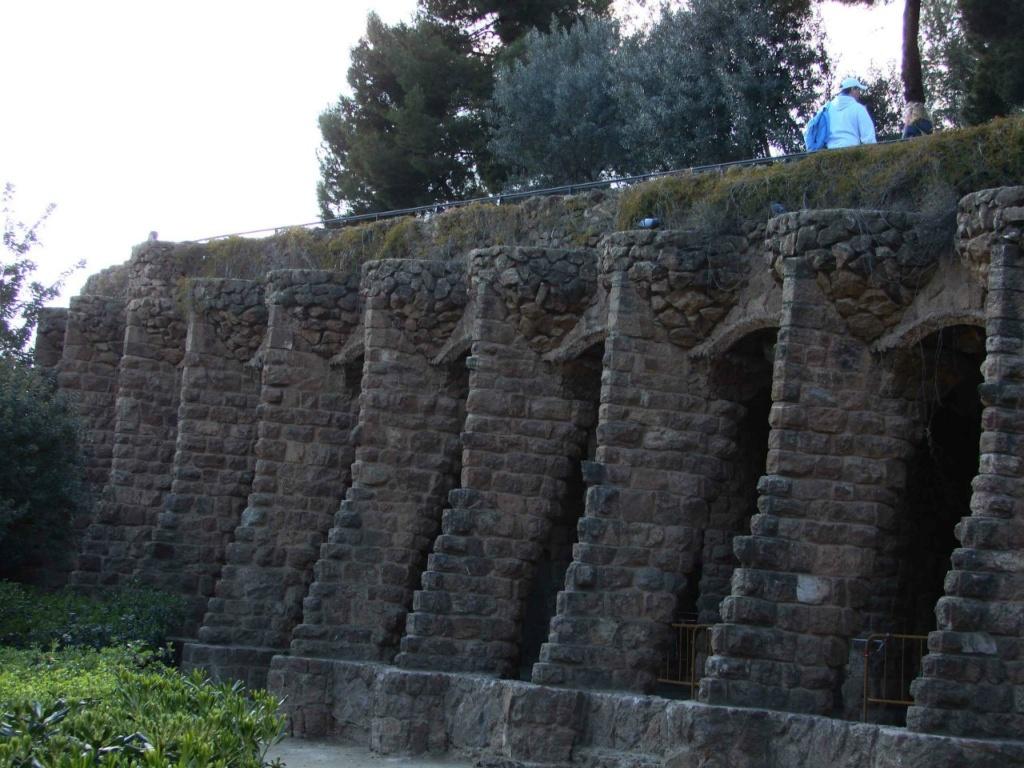 """Верхний (""""виадук Вазонов"""" или """"виадук Влюбленных"""") выполнен в романском стиле. Образец тому - мощные подпорные стены."""