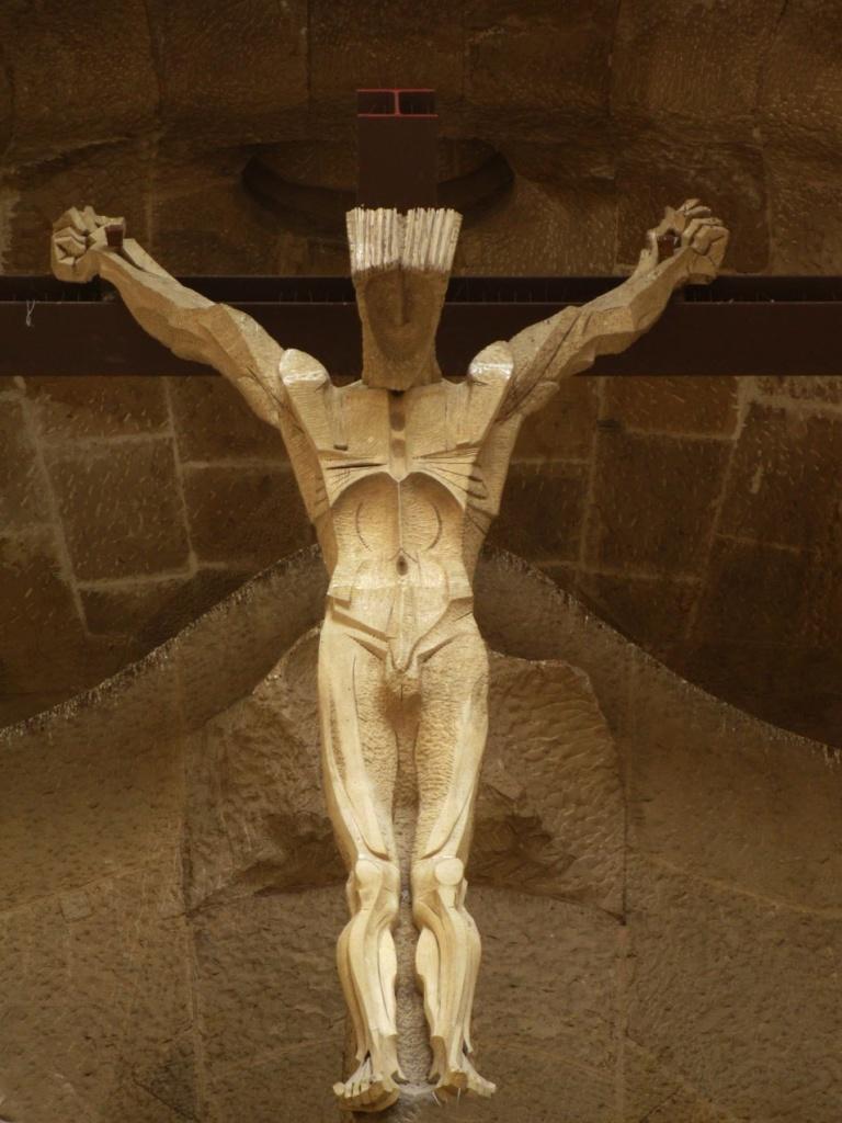 """Фасад """"СТРАСТЕЙ ХРИСТОВЫХ"""". Верхний уровень главного портала - """"РАСПЯТИЕ"""". Крест из железных балок, торец выкрашен в красный цвет в виде буквы «I» -символ надписи INRI = «Iesus Nazarenus, Rex Iudaiorum», Иисус Назарянин Царь Иудейский"""