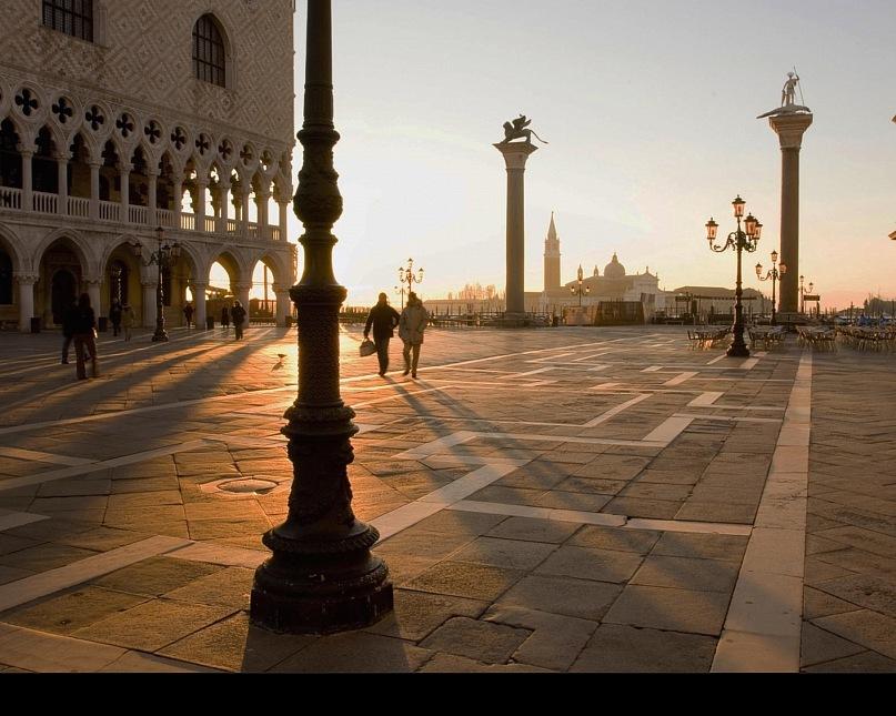 """Пьяцетта в лучах заходящего солнца, уже беззнойного. А может быть, солнца нет, есть лишь его иллюзия, и площадь объята """"бессолнечным зноем""""? Что правда, что ложь, что реальность, что наваждение, Венеция скрывает..."""