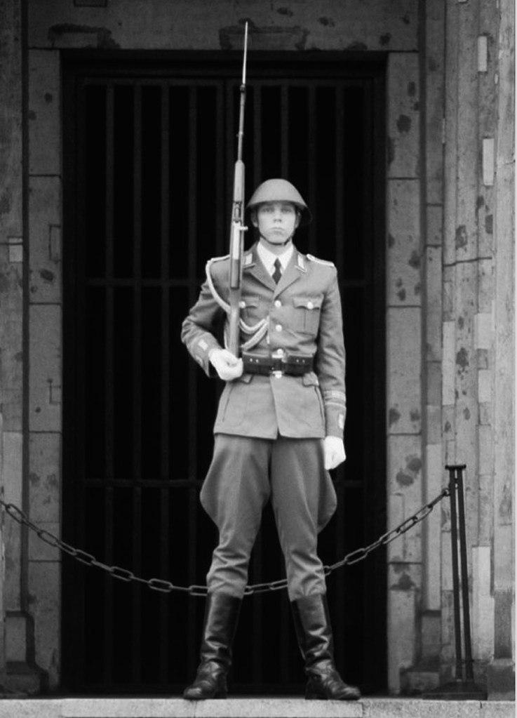 Neue Wache / Здание бывшей гауптвахты Мавзолей-памятник жертвам фашизма и милитаризма. Почетный караул у здания бывшей гауптвахты не нужен. Здесь действует отклик каждого человеческого сердца...