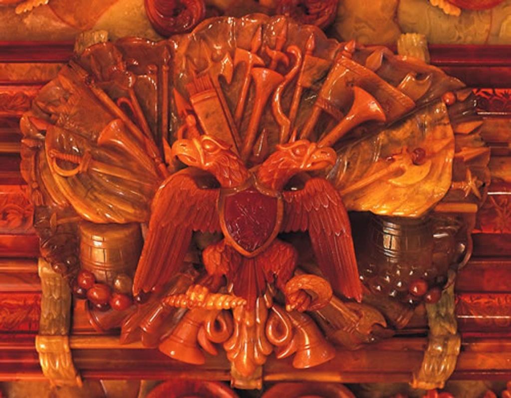 """Янтарная комната. Фрагмент фигурного орнамента одной из рам... Деталь с двуглавым Российским орлом и щитом с изображением Георгия Победоносца, я обещала показать ранее. Это - тоже """"автограф"""" только не прусский, а русский..."""