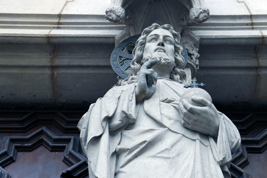 Барселона. Кафедральный собор Святого Креста и Святой Евлалии. Фигура Христа - Вседержителя, благословляющего паству...
