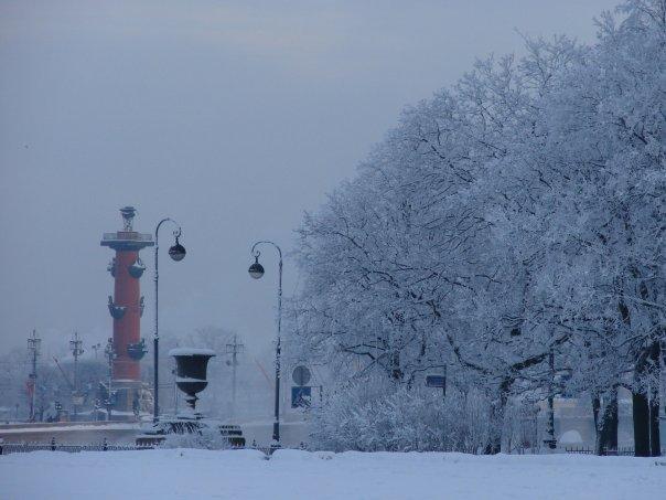 Вид с Сенатской площади на Стрелку Васильевского острова с Биржей и Ростральными колоннами. На переднем плане - порфировая ваза на Петровском спуске (пристани).