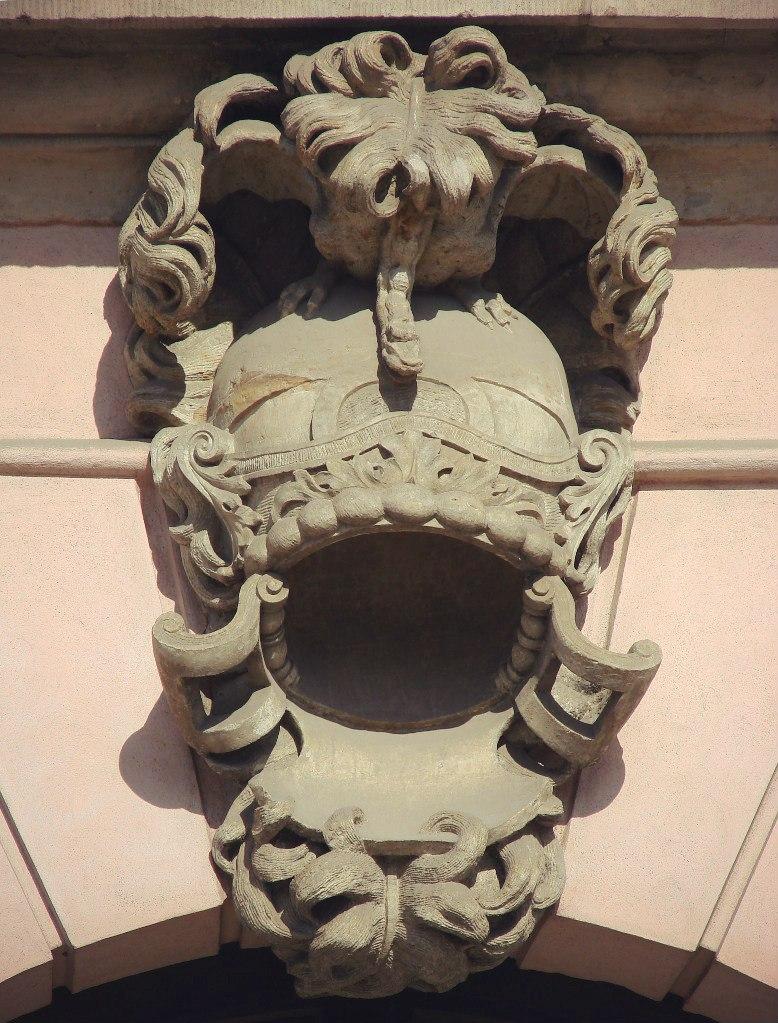 Арх. Андреас Шлютер. Здание Берлинского арсенала, обильно декорированного во славу Его - Короля. Вместо замковых камней над арочными окнами первого этажа - шлемы с химерами под плюмажем...