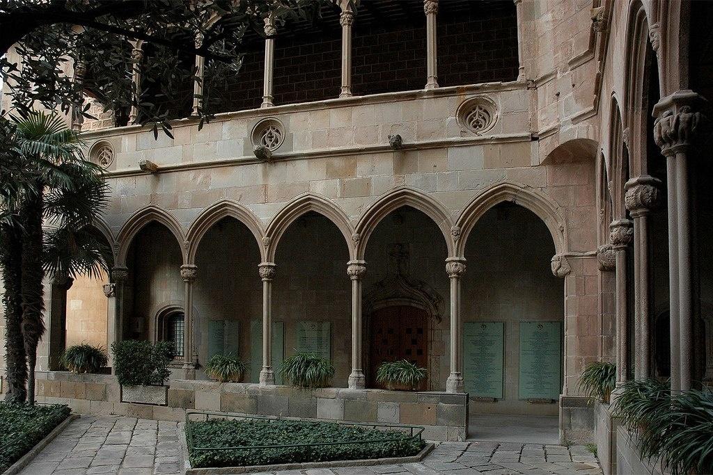 Готический клуатр (внутренний двор) в монастыре Монтсеррат.