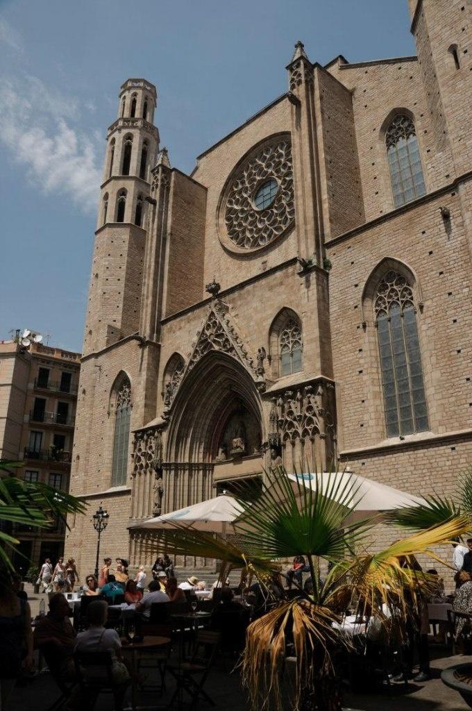 Главный фасад собора Санта-Мария-дель-Мар - готического шедевра в Готическом квартале.