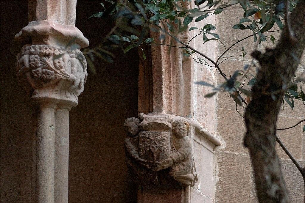 Готический клуатр (внутренний двор) в монастыре Монтсеррат. Капители, подтверждающие связь клуатра с XV веком.