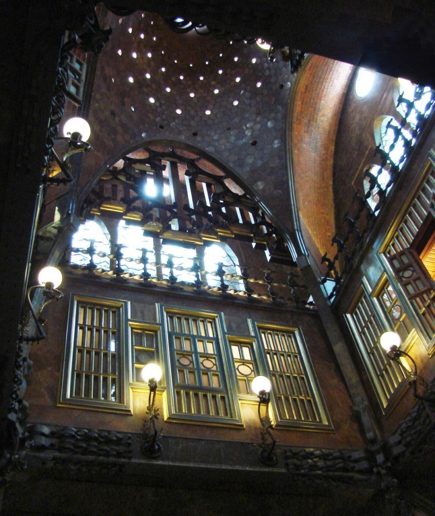 Дворец Гуэля. Вид на Центральный салон: потолок антресоли, второй жилой этаж, открытую галерею и купол на подпружных арках.