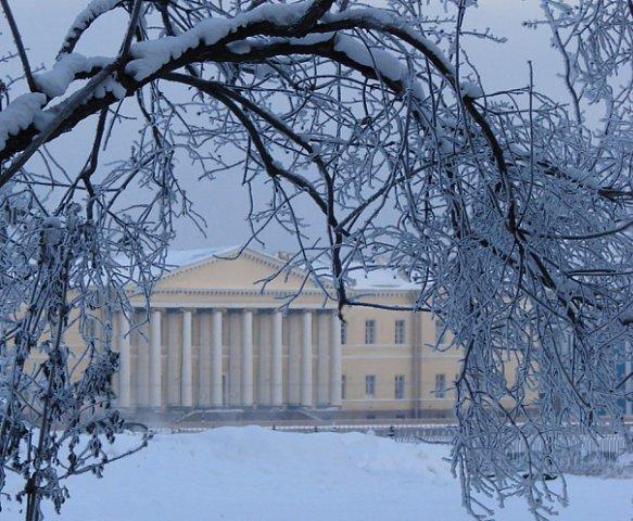 Вид с Сенатской площади на здание Академии наук, пришедшей из Екатерининского Золотого века.