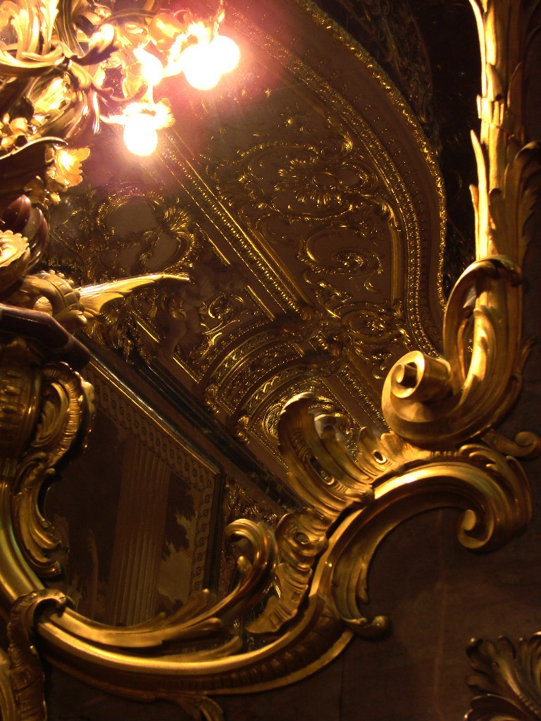 Особняк Половцова на Большой Морской улице, дом 52. БРОНЗОВЫЙ ЗАЛ. Арх. М. Е. Месмахер. 1888-92 годы. Один из четырех зеркальных настенников-светильников, освещающих и и отражающих Зал.