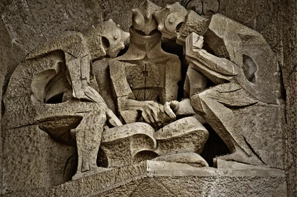 """Фасад """"СТРАСТЕЙ ХРИСТОВЫХ"""". Левая часть верхнего уровня, где изображены враги - """"СОЛДАТЫ, ИГРАЮЩИЕ В КОСТИ""""."""