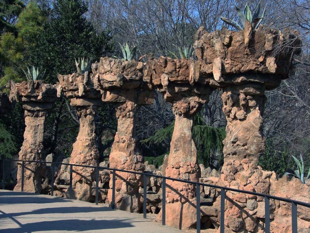 """Верхний (""""виадук Вазонов"""" или """"виадук Влюбленных"""") выполнен в романском стиле. Второй уровень виадука - прогулочный в окружении мощных каменных колонн, несущих вазоны с агавами."""