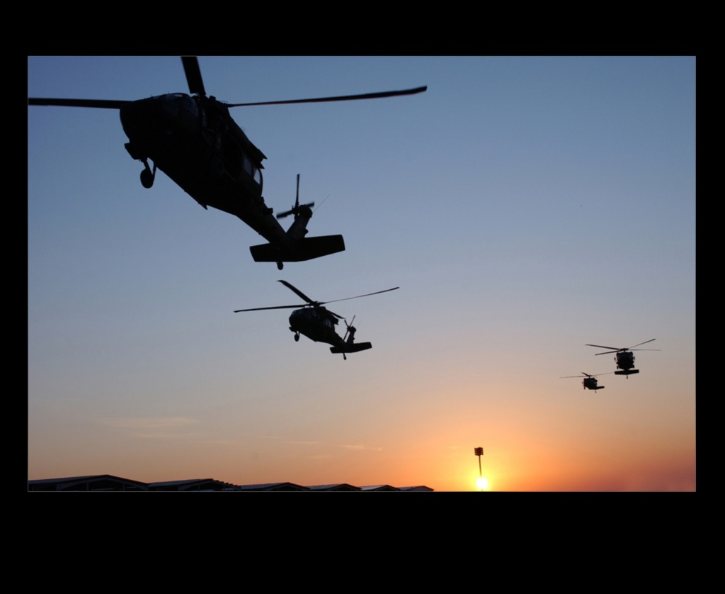 В небе над Аравийской пустыней летят военные вертолеты вместо птиц...