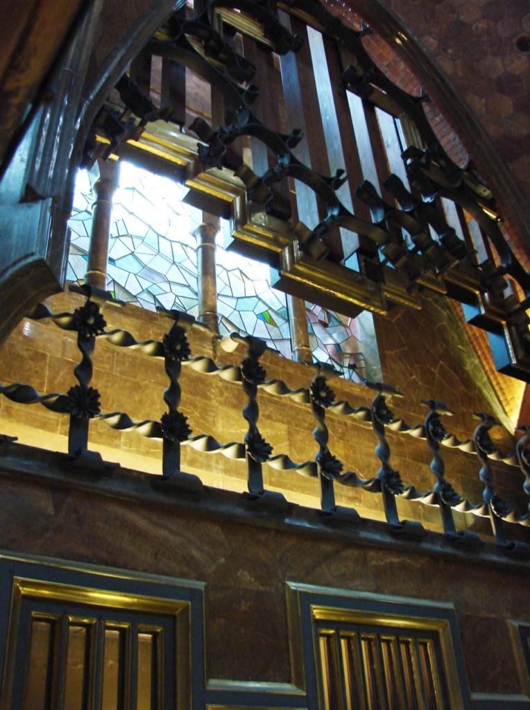 Дворец Гуэля. Центральный салон. Вид на ограждение, украшение открытой галереи из витого кованого железа.