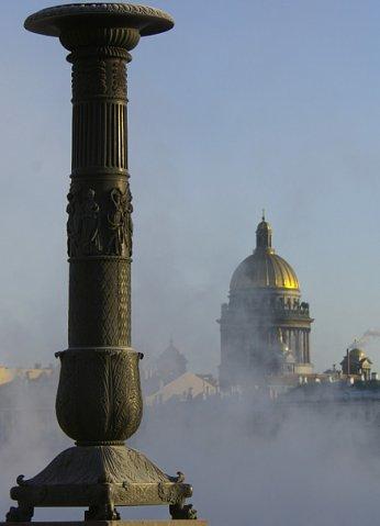 Вид на купол Исаакиевского собора с пристани со сфинксами напротив Академии художеств.