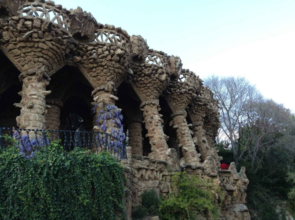 """Верхний (""""виадук Вазонов"""" или """"виадук Влюбленных"""") выполнен в романском стиле. Второй уровень виадука - прогулочный в окружении мощных каменных колонн, несущих ограждение третьей террасы, похожее на вазоны."""