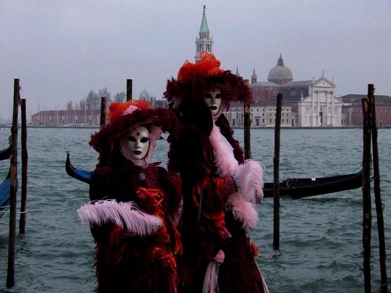 Очень многие наряды на Венецинском карнавале вдохновлены образами Смерти...