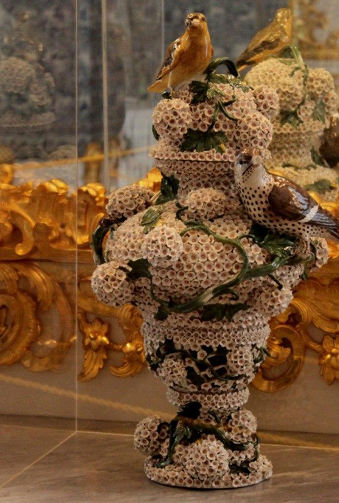 В простенке наружной стены Янтарной комнаты стояла ваза - подарок Людвига II Баварского: еше одного сказочника. Будто бы печальный король-рыцарь давал свою оценку: при подобном вдохновении Рай на Земле может воплотиться...