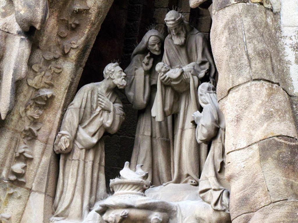 """САГРАДА ФАМИЛИЯ. Фасад """"РОЖДЕСТВА ХРИСТОВА"""". Правый портал - """"ВЕРА"""". Верхний уровень:«СЕМЬЯ ИИСУСА» (Мария, Иосиф, родители Марии - Анна, Иаков) Внизу - Голубь: воплощение Святого Духа.."""