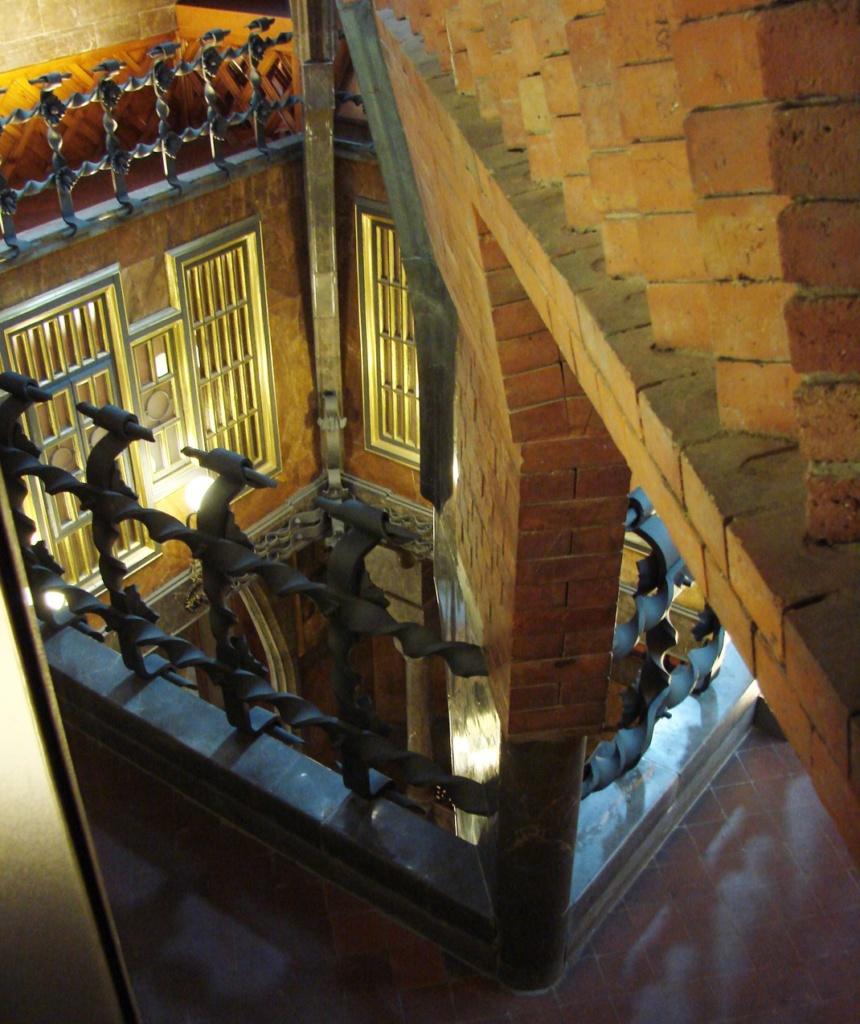 Дворец Гуэля. Вид на Центральный салон с открытой галереи. На переднем плане - подпружные арки купола, выполненные из кирпича, не облицованного камнем. В целях экономии?