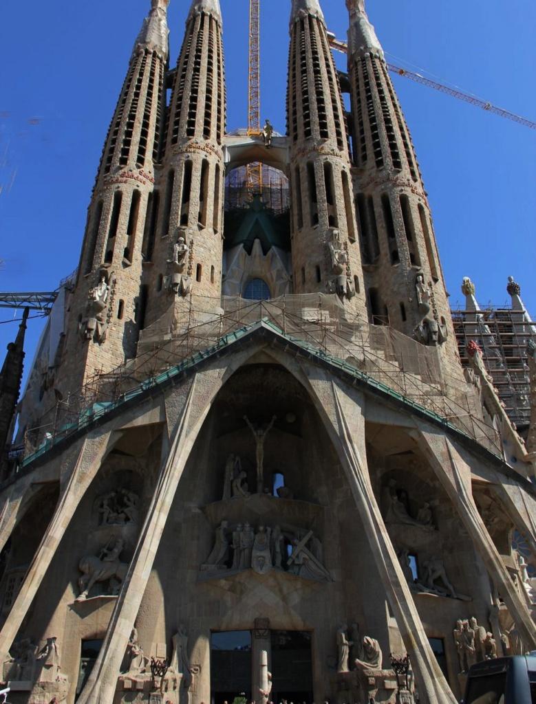 """Фасад """"СТРАСТЕЙ ХРИСТОВЫХ"""". Замысел и архитектура Гауди. Скульптура Сурбиракса. Приглядитесь, на мосту между башнями может быть вы увидите фигуру человека? Это - воскресший Христос."""