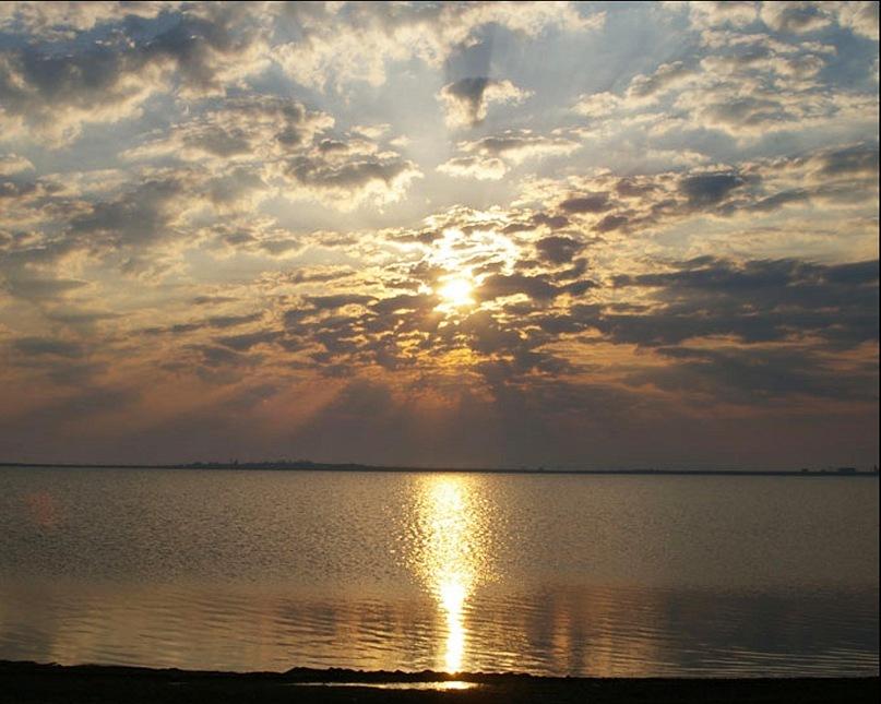 Закат Солнца на море, после которого наступит Ночь и начнется Новый день. Рассвет - День - Закат - Ночь. И снова, и снова, и снова...