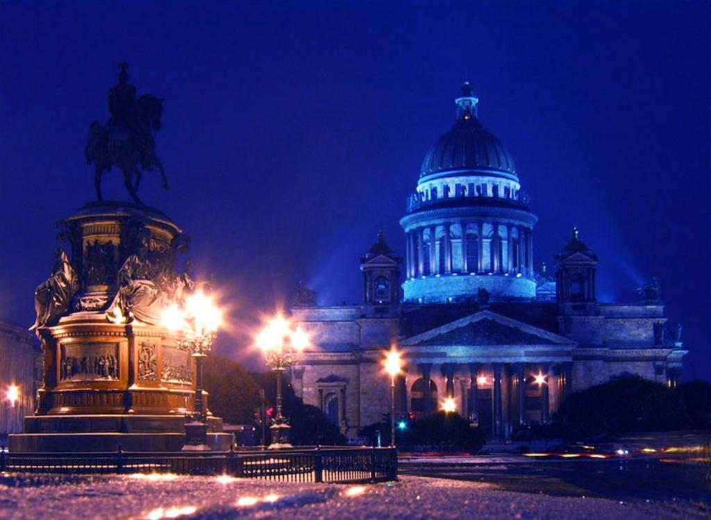 Исаакиевский собор построен в 1818—1858 годы по проекту архитектора Огюста Монферрана; строительство курировал император Николай I, памятник которому возведен перед Собором.