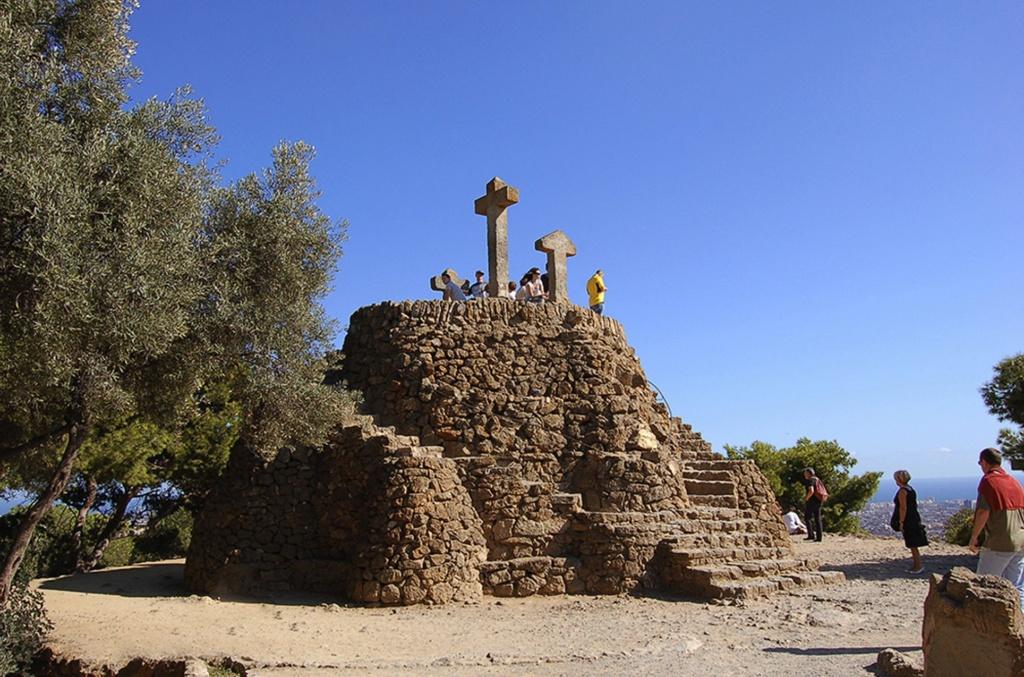 Гора Голгофа с тремя Крестами, расположенная на самой верхней точке парка Гуэля, что, по мысли Гауди, должна завершать метафорический путь духовного очищения, которым проходят путники, двигаясь по трем виадукам, где идет борьба Света и тени...