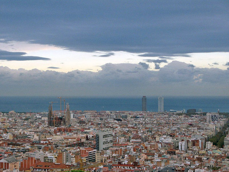 Вид с Голгофы на Барселону и Саграду Фамилиа Антонио Гауди, что к 2026 году будет непременно достроена каталонцами.