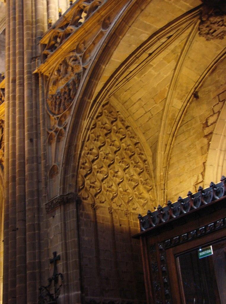 Кафедральный собор в Барселоне. Несущие конструкции собора в их художественном обличье. Устройства сводчато-нервоюрного покрытия над капеллами.
