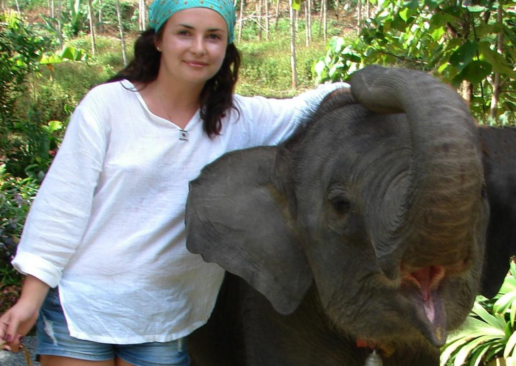 Ксюша уговорила слоненка сделать снимок на память.
