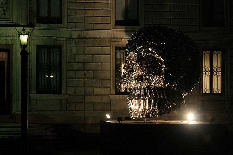 Современные венецианские инсталляции - череп из ведерок для шампанского, живее всех живых...