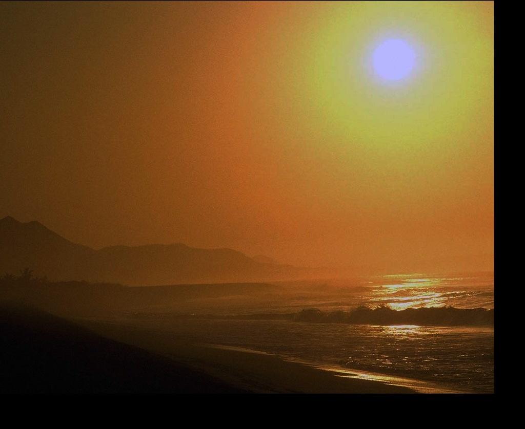 Солнечная фантасмагория на морском берегу... Это реальность или это мираж, сотканный из солнечных лучей?