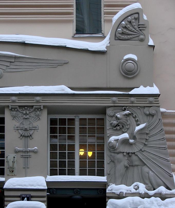 Рига. Доходные дома. Улица Альберта, дом 4. Арх.Эйзенштейн. 1904. Еще один грифон, охраняющий вход в здание. Фото Марины Бреслав
