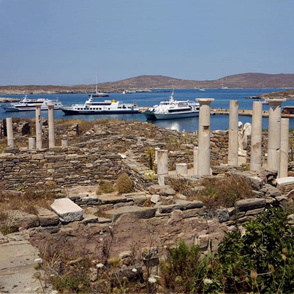 Остров Делос — одно из главных мест культа Аполлона в Греции.  Во время раскопок здесь были обнаружены остатки храма Аполлона,  на территории которого справлялся общеионийский праздник, сопровождавшийся соревнованием певцов.