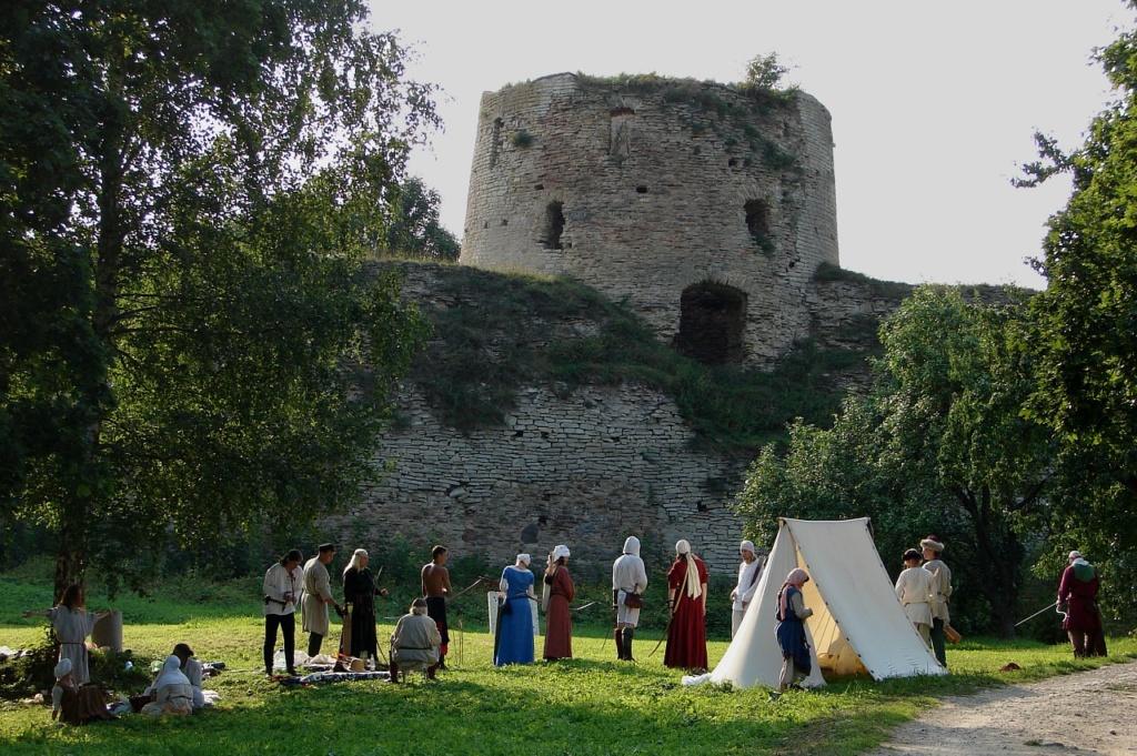 Стены и башни Изборской крепости, возведенной в камне в XIV веке