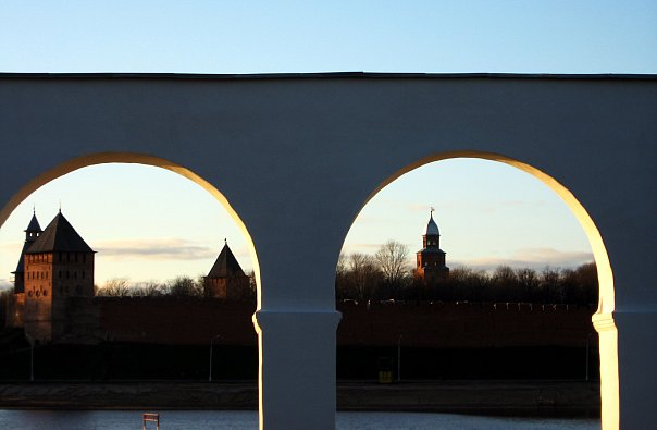 Вид на южную часть Кремля через аркаду Гостиного двора. Будто воспоминание, обрамленное в резную раму.