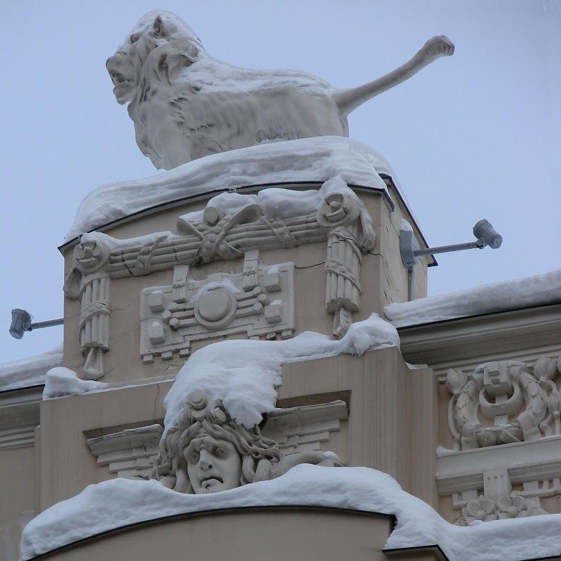Рига. Доходные дома. Улица Альберта, дом 4. Арх. Эйзенштейн. 1904. Завершие с львом и горгоной одного из двух узких ризалитов, расположенных справа и слева от центрального. Фото Марины Бреслав