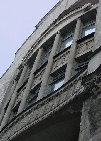 Доходный дом А. Е. Бурцева с общественными помещениями (ныне Театр Кукол). Арх.-худ. И. П. Володихин. 1912-1913