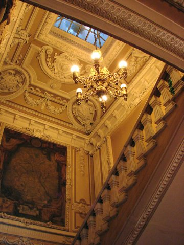 Особняк Половцова. Парадная лестница, ведущая на бельетаж, в уровне которого расположены новые залы: Белый (Бальный), Дубовый (Библиотечный) и Бронзовый (парадная трапезная).