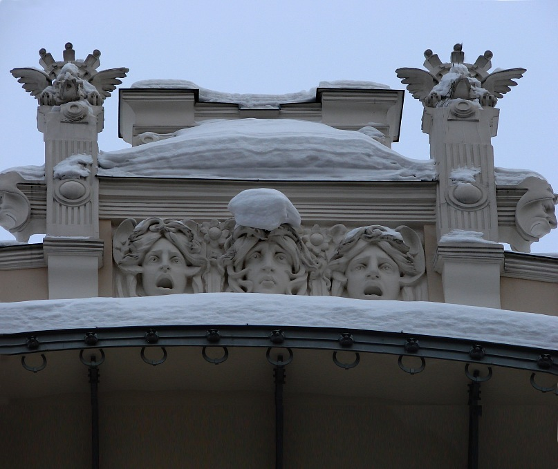 Рига. Доходные дома. Улица Альберта, дом 4. Арх. М. О. Эйзенштейн. Фронтон аттика, расположенный по оси центрального ризалита. Фото Марины Бреслав