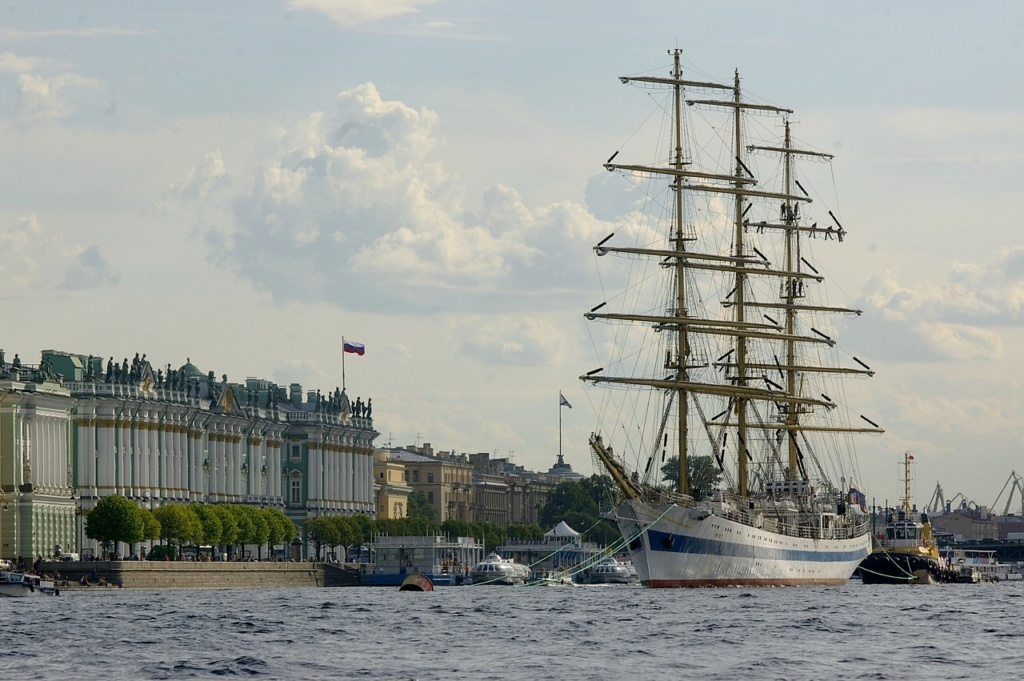 Санкт-Петербург. Зимний дворец. Вдали под флагом -  Невский павильон Главного Адмиралтейства