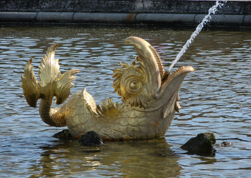 Петергоф. Верхний сад, Межеумный (неизвестный) фонтан. Один из четырех дельфинчиков, вращающихся (зрительно) вокруг дракона в центре, воспроизводя принцип устройства часов.