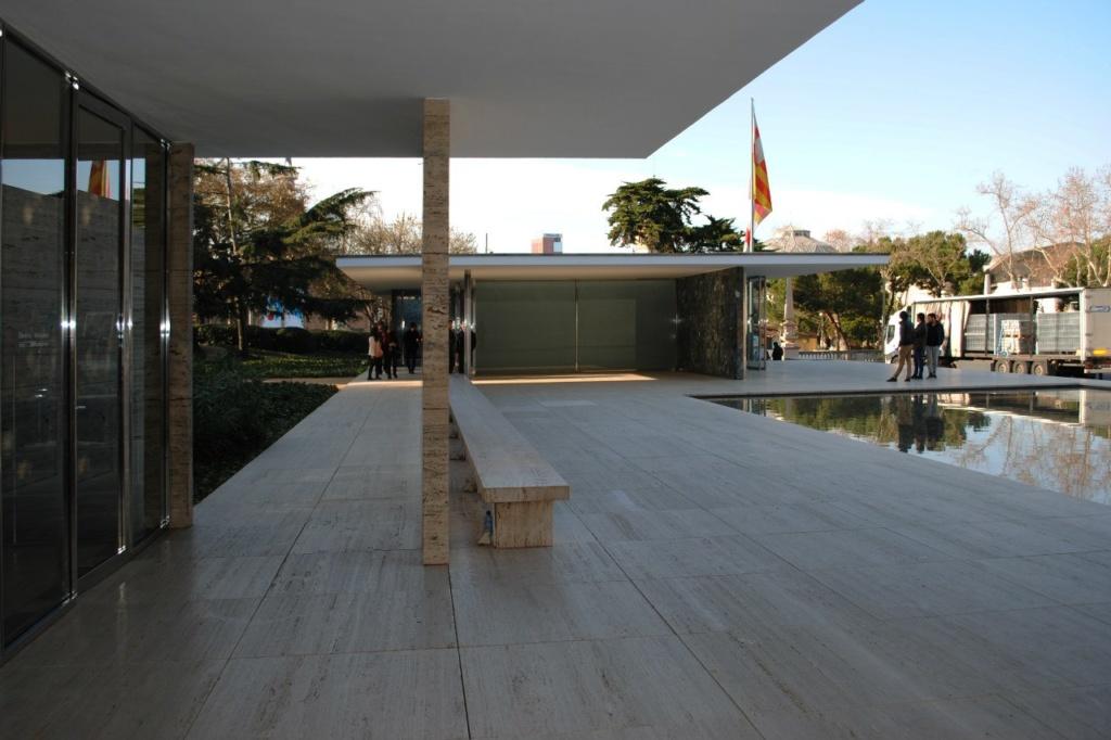 Павильон располагался у подножия горы Монжуик  на главной оси выставки, справа от большого фонтана  и парадной лестницы, ведущей к павильону Испании.