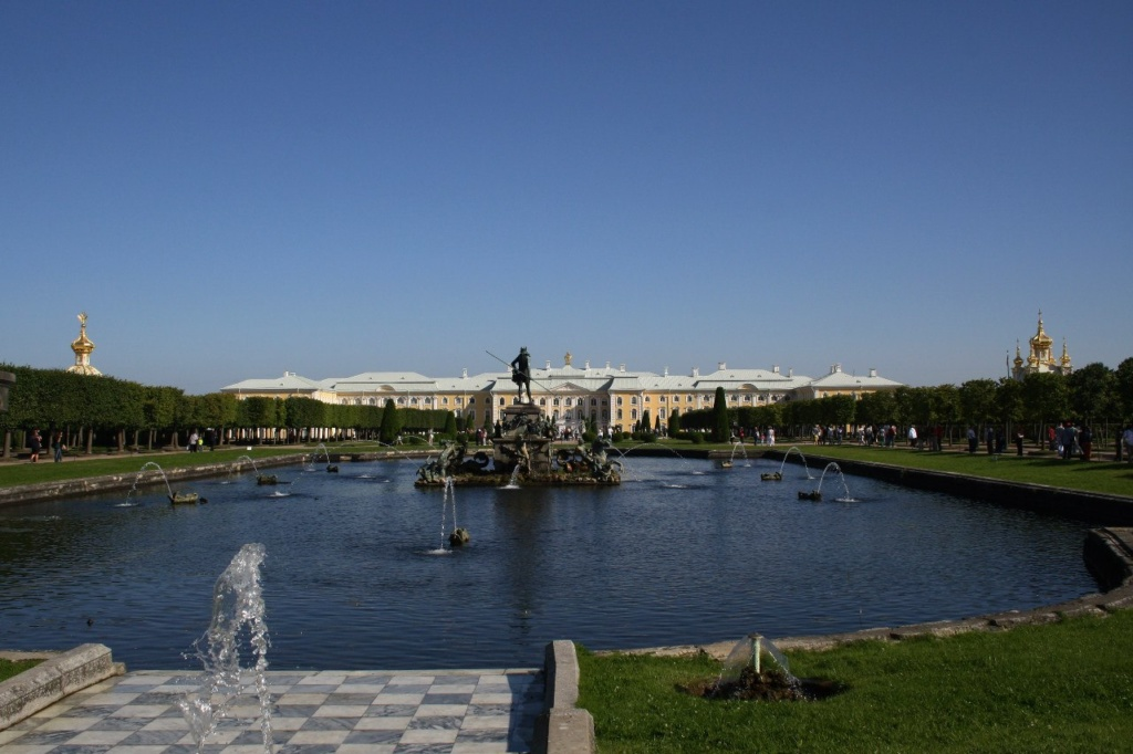 """Петергоф. Верхний сад. Фонтан """"Нептунова телега"""" на Главной продольной оси ансамбля. За ним - дворец, что был при Петре скромными Верхними палатами."""